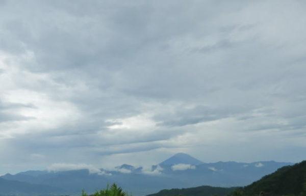 雲に隠れる遠くの富士山