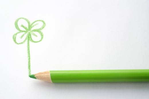 緑色鉛筆とクローバー手書き風イラスト
