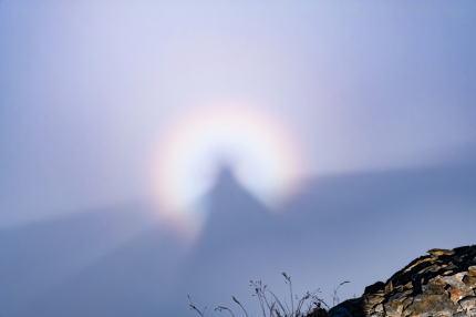 霧の山頂と虹光